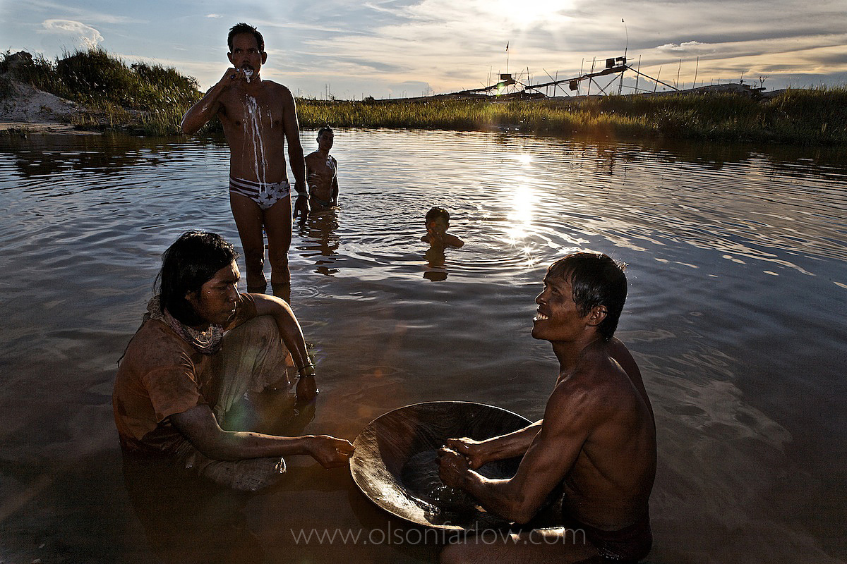 Gold Miner Brushes Teeth in Pond Laced With Mercury | Indonesia